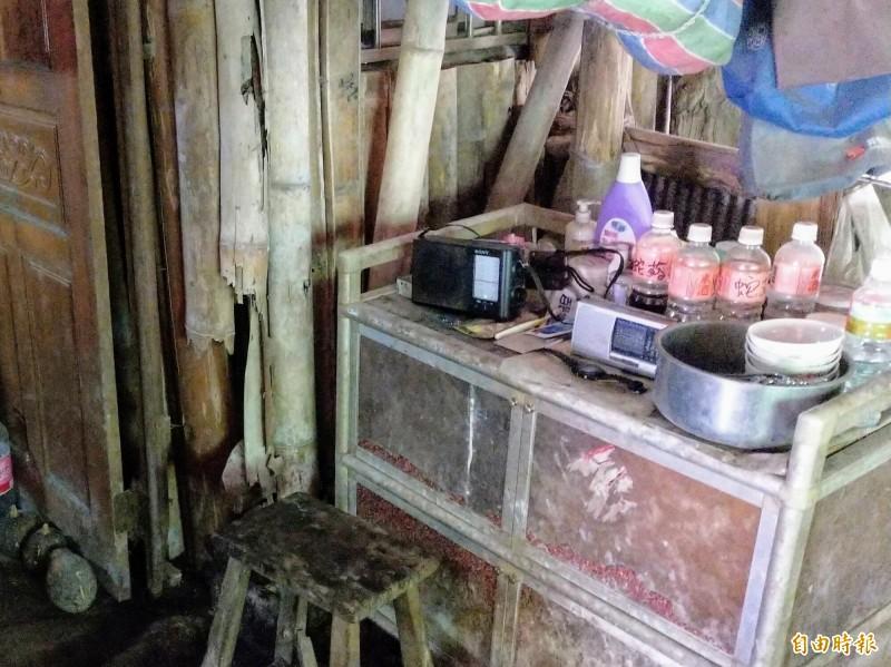隔溪獨居在南投信義山區的「阿順伯」,沒有電視網路,平時只有收音機相伴。(記者劉濱銓攝)