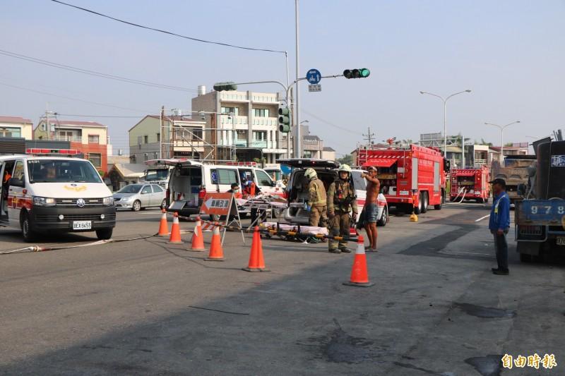台南新市台一線有施工單位不慎挖斷瓦斯管線,造成2人受傷。(記者萬于甄攝)