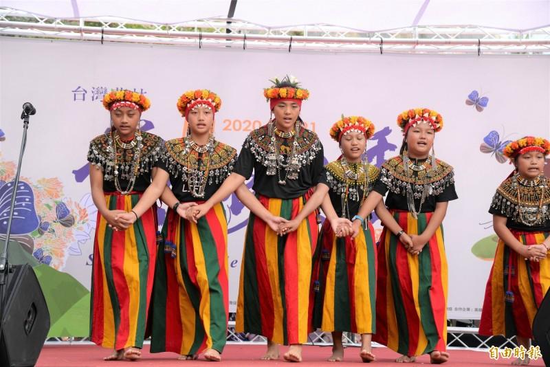 多納國小歌謠隊以嘹亮的聲為賞蝶季揭開序幕。(記者許麗娟攝)