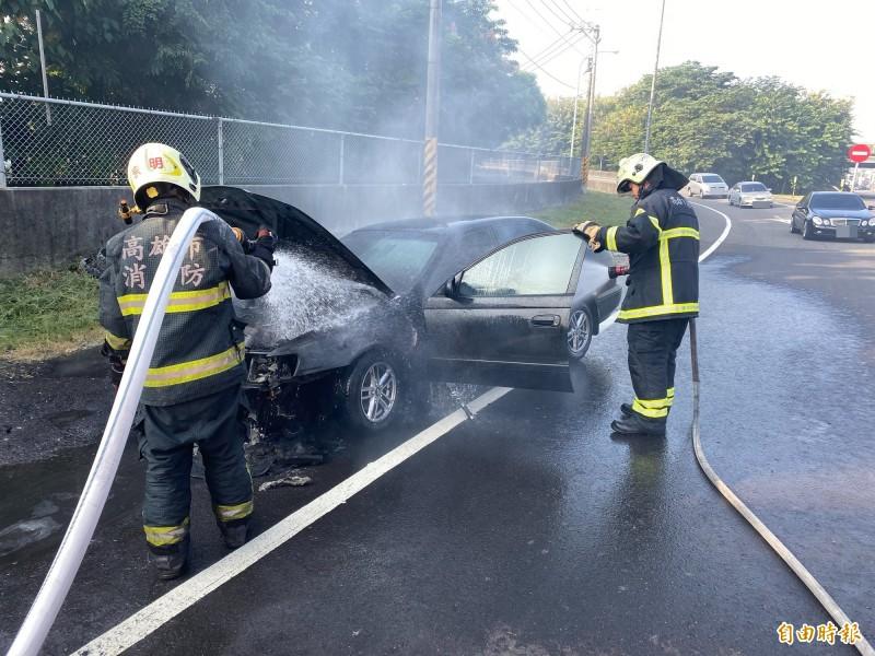 消防人員以水線為火燒車輛滅火。(記者許麗娟翻攝)