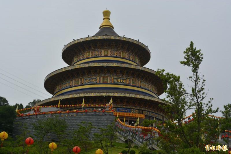 「一貫道祖師紀念館白陽聖廟」今天舉行落成典禮,整棟建築樓高54米超越北京天壇,將申請金氏世界紀錄認證。(記者陳建志攝)