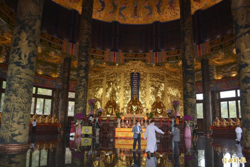 「一貫道祖師紀念館白陽聖廟」今天落成,建築內外全部以銅手工打造,相當宏偉莊嚴。(記者陳建志攝)