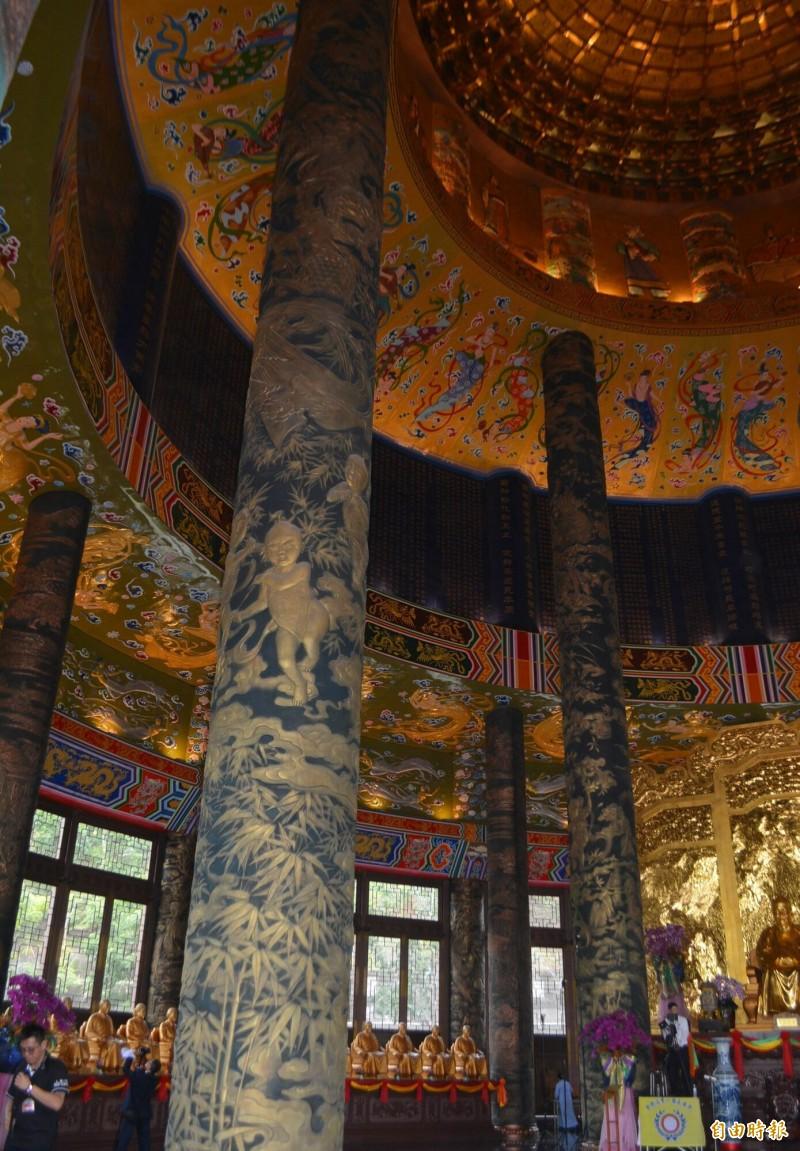 「一貫道祖師紀念館白陽聖廟」今天落成,屋內四根大柱子,以銅雕上梅蘭竹菊,象徵一年四季。(記者陳建志攝)