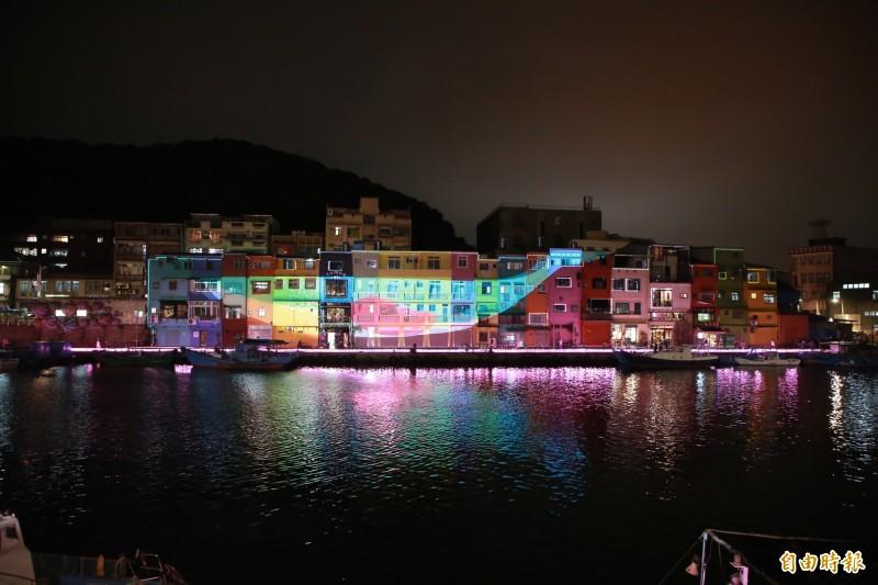 基隆市「正濱浪漫夜光雕展演」17日晚間登場,在1隻大鯨魚光雕帶領下,各種海洋生物接續進場,令人驚艷。(記者林欣漢攝)