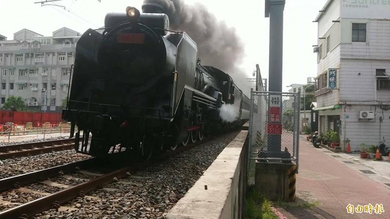 「蒸汽火車之王」DT668今天在台南市區飛奔而馳。(記者洪瑞琴攝)
