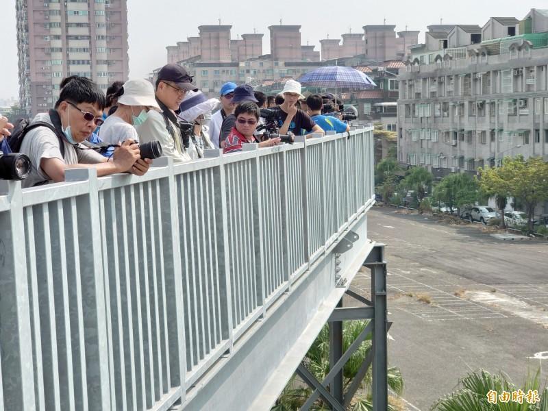 「蒸汽火車之王」今天奔馳台南市區,火車噗噗吸引鐵道迷卡位拍攝。(記者洪瑞琴攝)