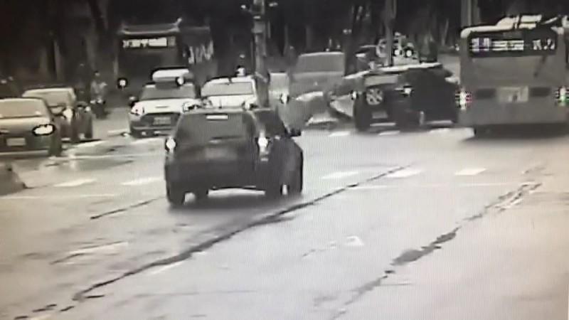 3車搶道車禍驚險畫面曝光。(記者姚岳宏翻攝)