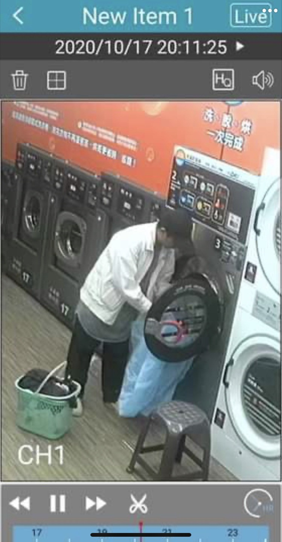 監視器拍下男子拿了1個藍色的垃圾袋裝走林男的床單被套。(記者陳恩惠翻攝)