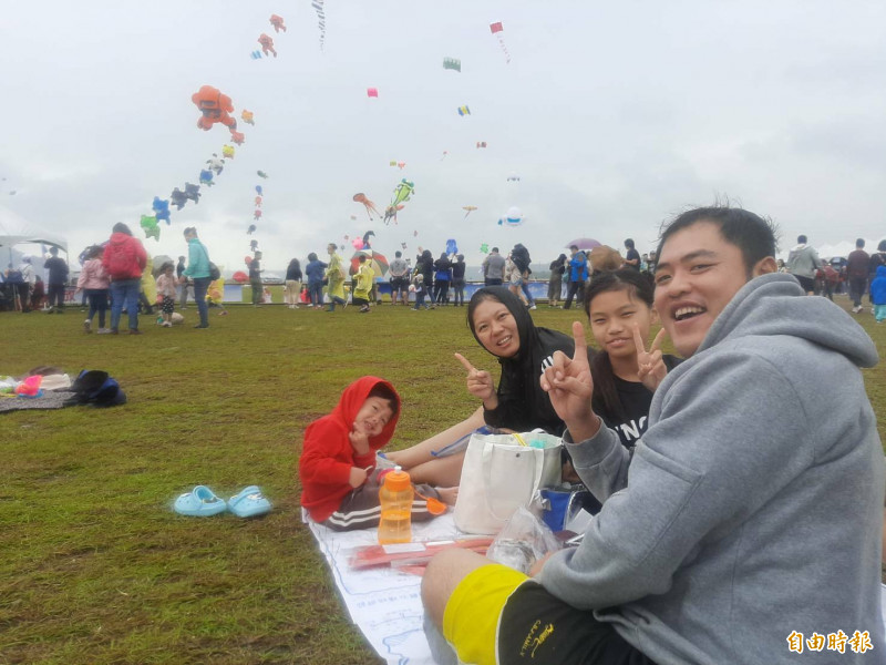 桃園國際風箏節場地空曠,即使下起細雨,觀看各式風箏的人潮熱情不減。(記者李容萍攝)