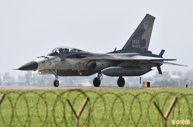 IDF落地後,左翼翼尖的天劍一型飛彈已完成發射。(記者游太郎攝)