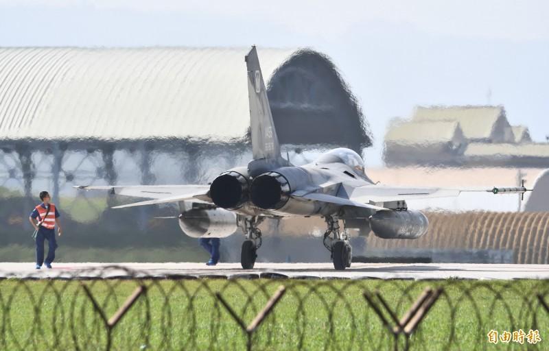地勤人員檢查IDF左翼翼尖的天劍一型飛彈,確認是否完成發射任務。(記者游太郎攝)