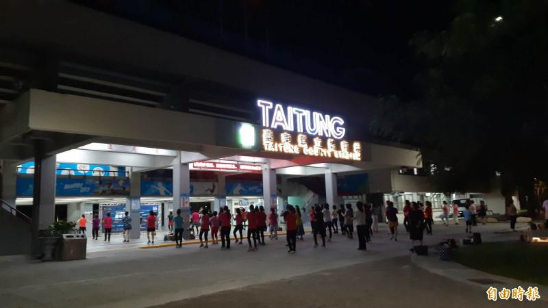台東縣立體育場今晚有相當多婦女運動,女廁傳出有裸男。(記者黃明堂攝)