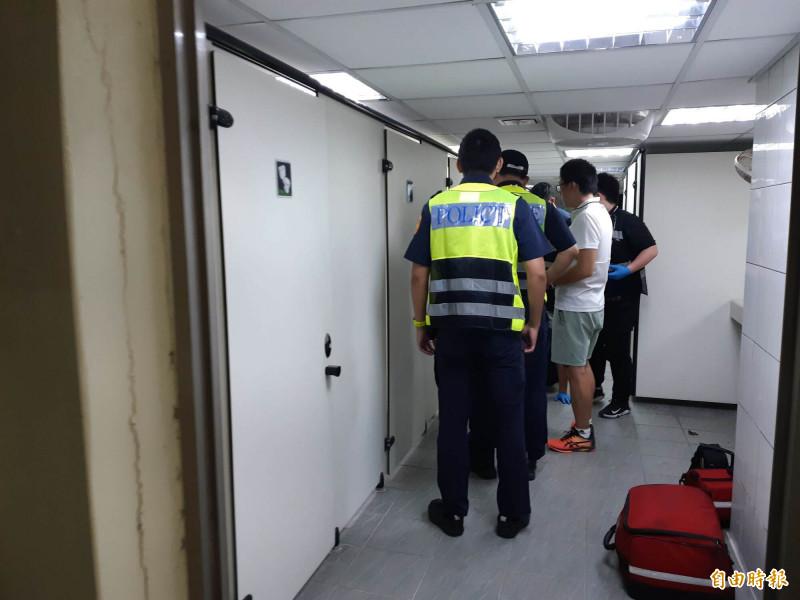 警方進入體育場女廁查看。(記者黃明堂攝)
