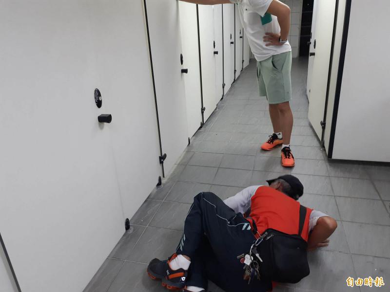 台東縣立體育場女廁驚見裸男,場方人員到場,拍門無回應,趴在地上從縫隙也沒看到人。(記者黃明堂攝)