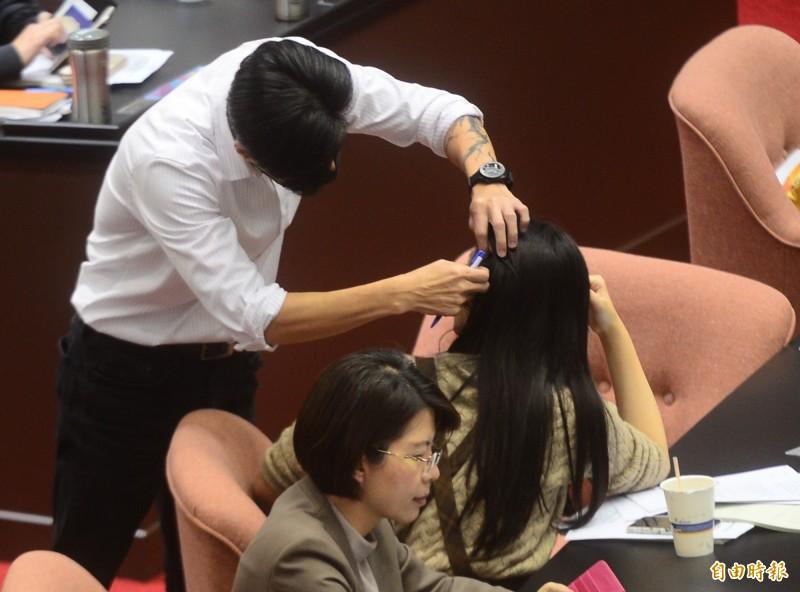 無黨籍立委林昶佐(左)仔細尋找賴品妤的接髮位置。(記者王藝菘攝)