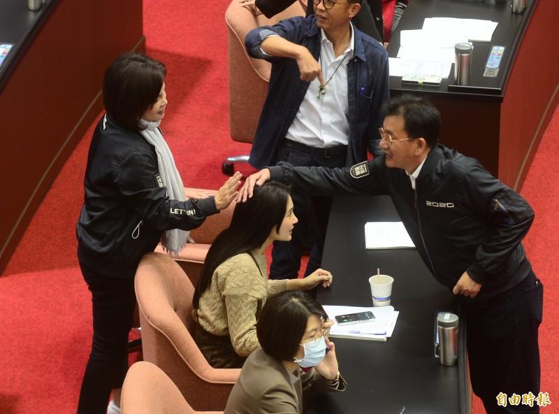 民進黨立委賴品妤接髮,議場內委員們,紛紛好奇的前來詢問並觸摸研究。(記者王藝菘攝)