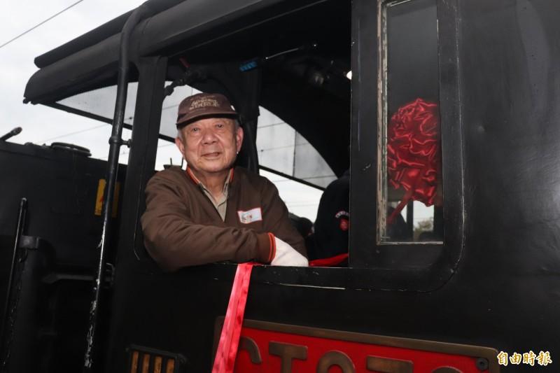 駕駛蒸汽火車的資深駕駛郭約義經過40年的時光,再度駕駛「女王」馳騁於蘭陽平原。(記者林敬倫攝)