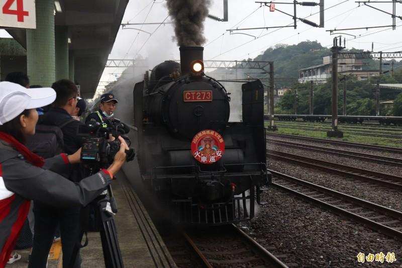 宜蘭縣政府辦理的「蘭陽媽祖文化節」今日邁入第2天,一早遶境隊伍就抵達蘇澳火車站,搭上有「蒸汽機車女王」美譽的臺鐵CT273型蒸汽火車到頭城烏石港。(記者林敬倫攝)