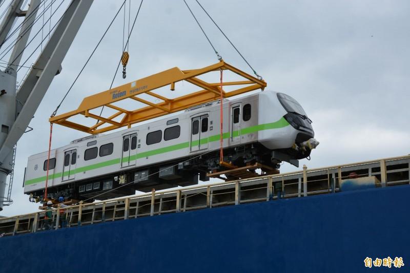 「地表最美區間車」EMU900型通勤電聯車,首批2列共20輛車抵台,台鐵局今在花蓮港8號碼頭舉行迎車啟動儀式。(記者王峻祺攝)