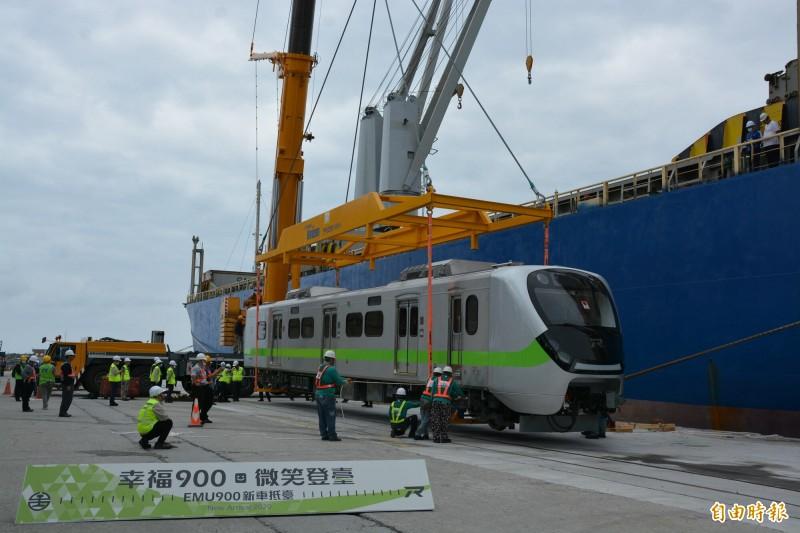 EMU900型通勤電聯車大幅升級安全、外觀、美學及服務,另外最重要的就是增加運能,透過內部空間優化設計配置,每列車的運能將可提升約40%。(記者王峻祺攝)
