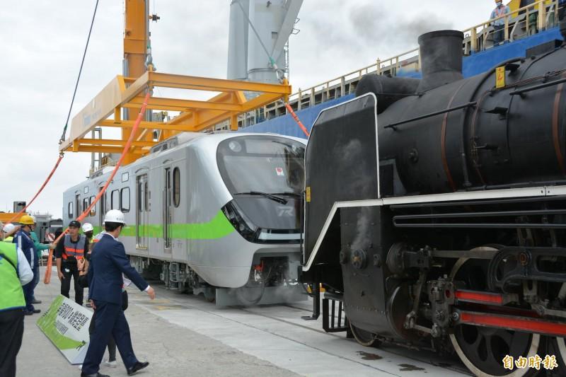 台鐵局今在花蓮港8號碼頭舉行EMU900型通勤電聯車迎車啟動儀式,並由「DT668國王蒸汽火車」牽引禮賓,吸引許多鐵道迷沿線搶拍。(記者王峻祺攝)
