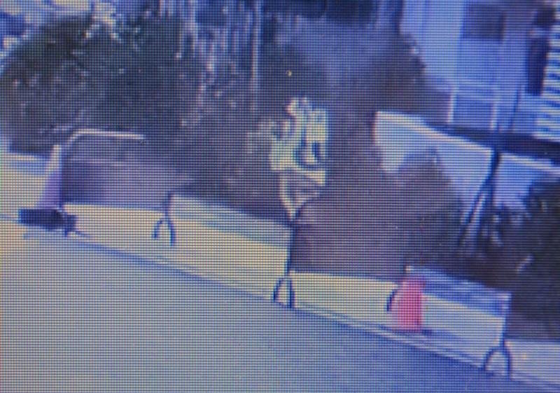 監視器拍到,許姓少女當天早上穿便服、背著背包離家。 (記者陳建志翻攝)