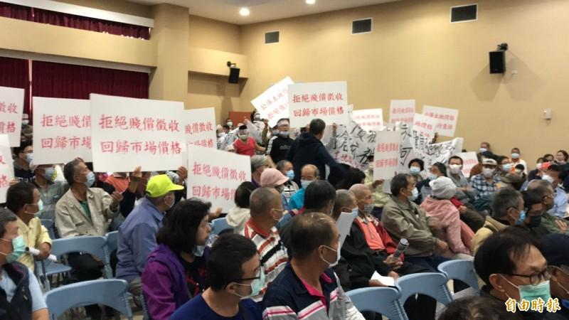 自救會成員們手持抗議標語、白布條及汽笛等到場表達反對到底的心聲。(記者黃美珠攝)