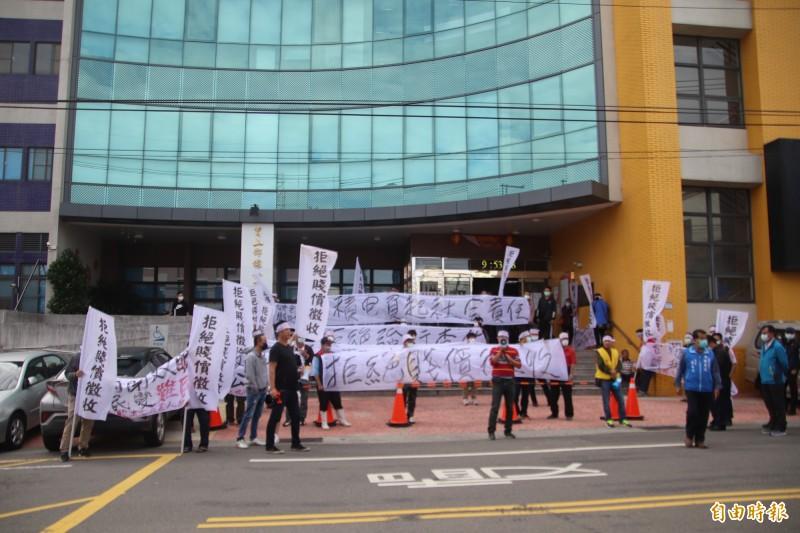 自救會在說明會前在鄉公所樓下群集抗議反對徵收。(記者黃美珠攝)
