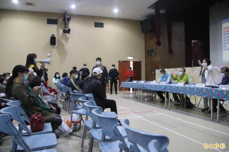竹科管理局副局長陳淑珠(右立者)跟持大聲公的自救會成員(左)針鋒相對。(記者黃美珠攝)