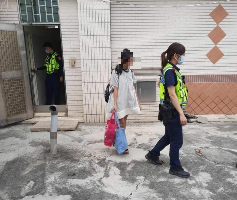 台南警方在永康區南姓男子租屋處尋獲離家的許姓少女。(記者陳建志翻攝)