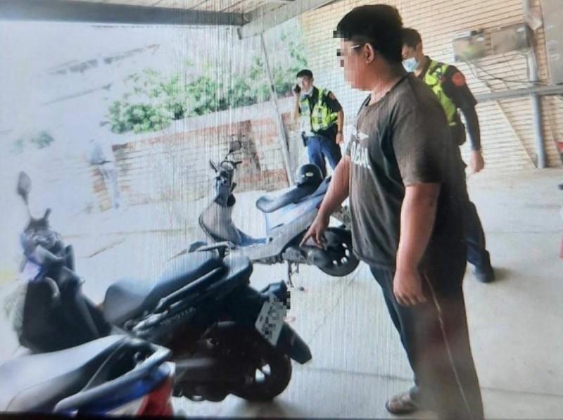 台南警方在永康區南姓男子租屋處將他尋獲,同時找到載走少女的機車。(記者陳建志翻攝)