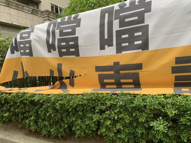 輕軌二階抗議布條遭割破。(記者黃旭磊翻攝)
