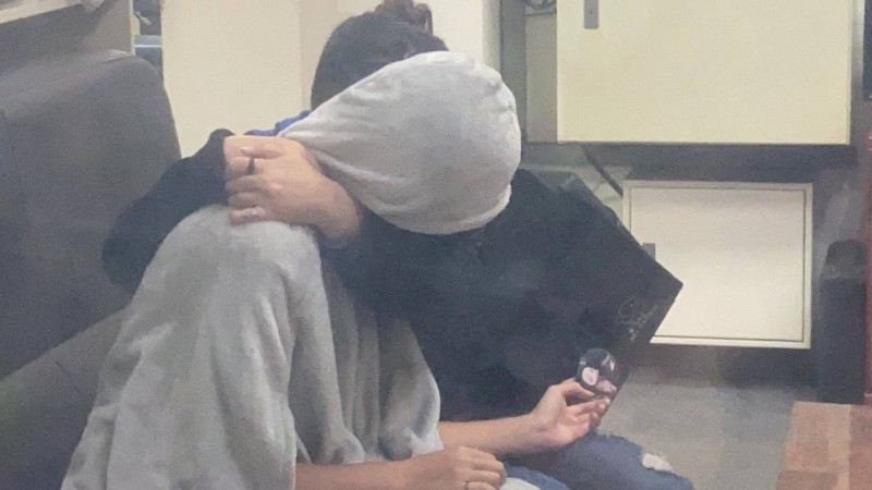 許姓少女(左)離家4天,今天終於和家人碰面,在警局和媽媽相擁落淚。 (記者陳建志翻攝)