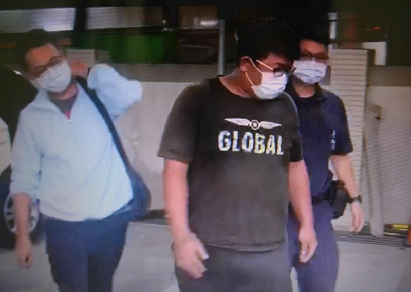 南姓男網友(中)今晚遭台中警方帶回,表示是少女主動說要離家住幾天,否認誘拐。 (記者陳建志翻攝)