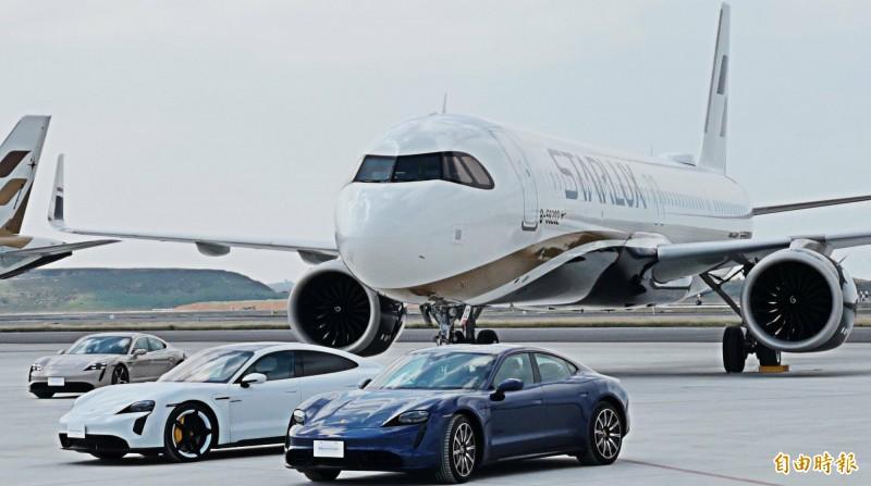 桃園機場有一場史無前例的「機、車面對面活動」。(記者姚介修攝)