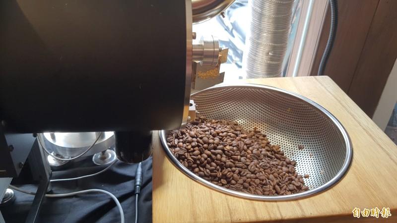 清華大學學生郭奐均和邱柏諺在教授張存續指導下,研發出世界第一台微波烘豆機。(記者洪美秀攝)