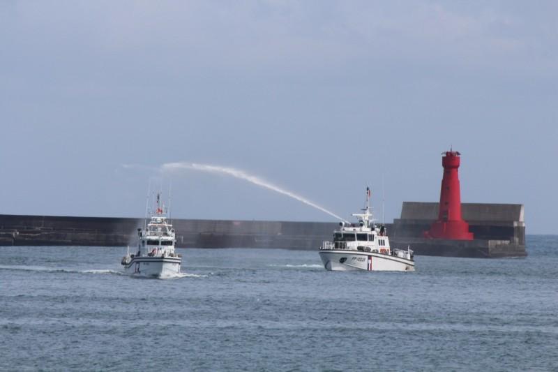 PP-3587巡防艇(左)今天下午航抵蘇澳港。(記者江志雄翻攝)