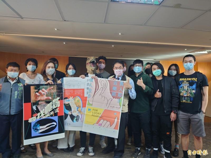 市長黃偉哲(右4)與表演團體熱情宣傳「台南城市音樂節暨貴人散步音樂」。(記者洪瑞琴攝)