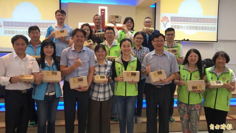 屏東縣企業家及社團認購雞蛋。(記者羅欣貞攝)