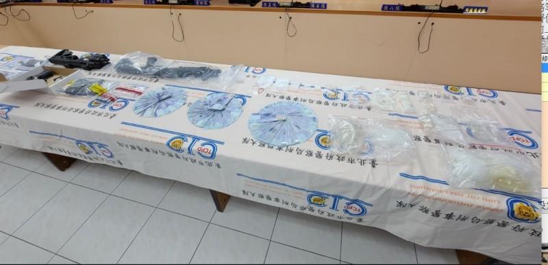 警方查扣贓證物和毒品。(記者劉慶侯翻攝)