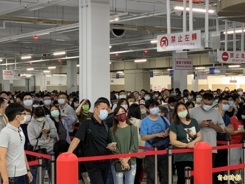 好市多北台中店一早就湧現大批排隊民眾,搶購限量優惠商品。(記者蔡淑媛攝)