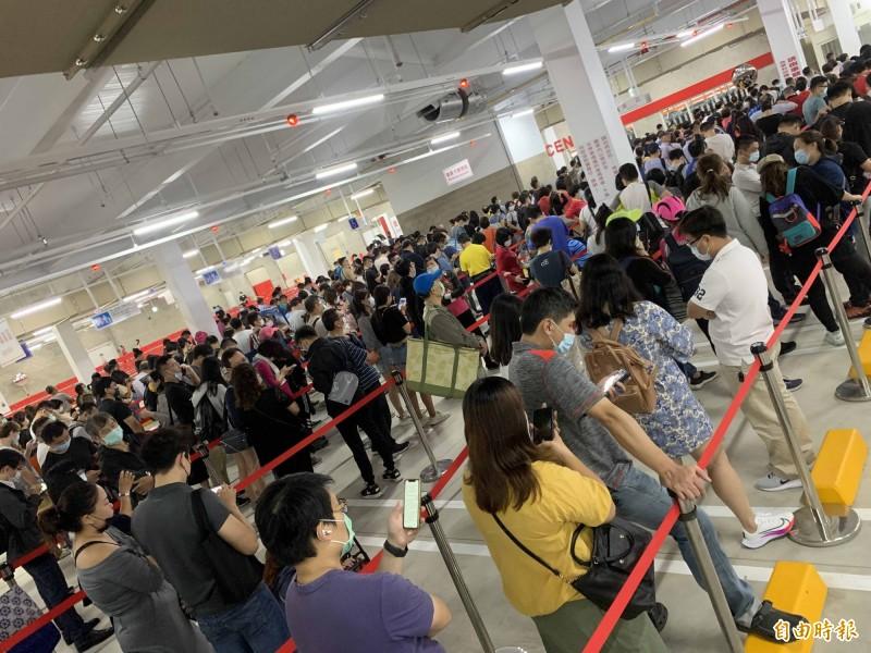 好市多北台中店一早就湧現大批排隊民眾,搶購限量優惠商品,不少人前晚10點就來排隊。(記者蔡淑媛攝)