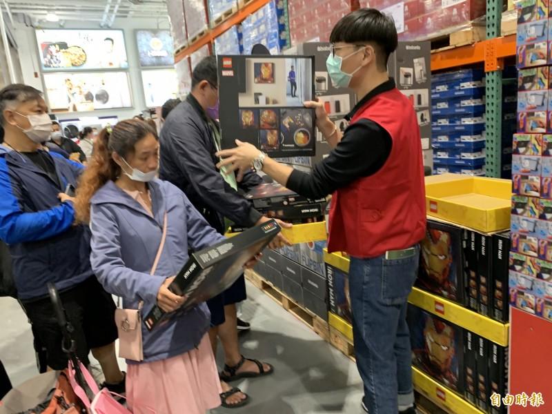 好市多北台中店湧現大批排隊民眾,搶購鋼鐵人積木公仔、iPhone12、switch成為搶購目標,大排長龍。(記者蔡淑媛攝)