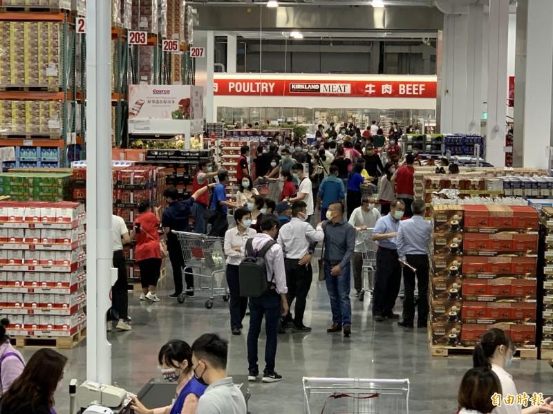 好市多北台中市湧現大批排隊民眾搶購。(記者蔡淑媛攝)