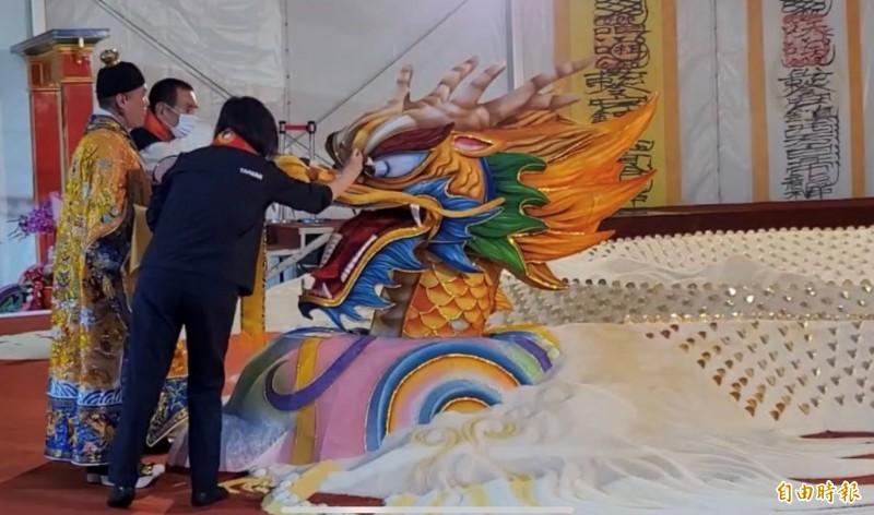 總統蔡英文為米巨龍開光點睛。(記者詹士弘攝)