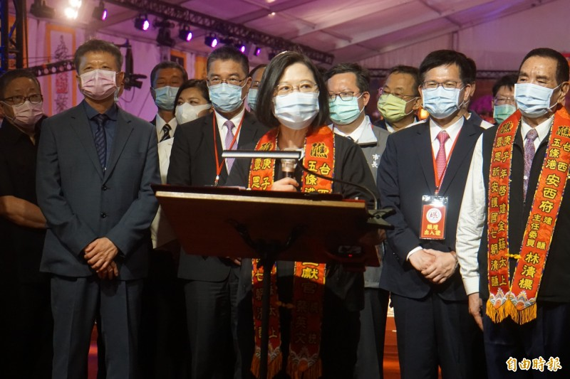 總統蔡英文向三位王爺祈求國泰民安、風調雨順。(記者詹士弘攝)