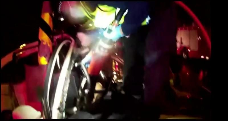 鄭姓男子駕駛白色自小客,晚上在台九線瑞穗路段自撞電桿,車體嚴重變形,消防局趕往並以破壞器材撬開車體,將傷者拉出送醫。(消防局提供)
