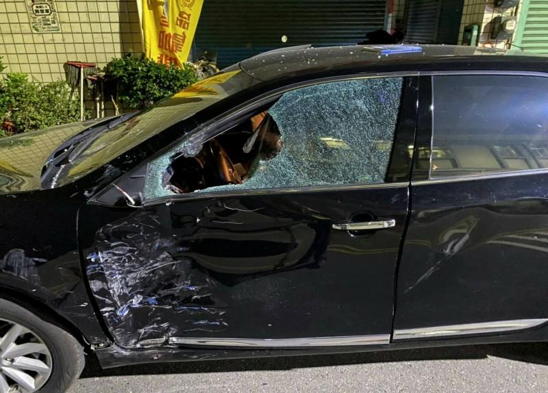 轎車左側車門嚴重毀損車窗碎裂。(記者湯世名翻攝)