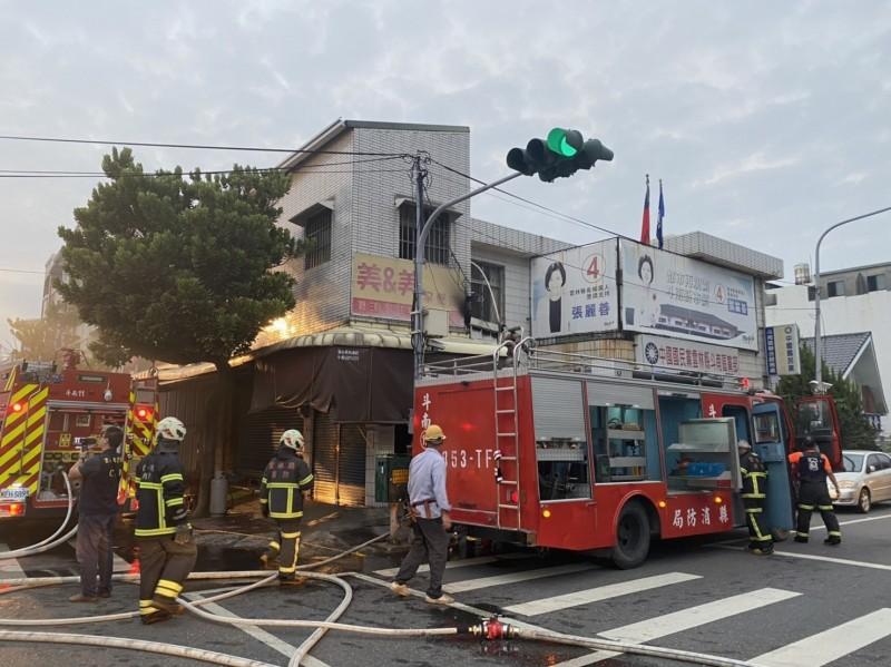 斗南一早餐店今早發生火警,消防人員前往滅火。(記者詹士弘翻攝)