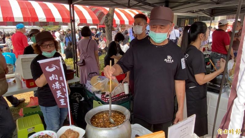 台南肉燥飯爭霸賽以平民美食肉燥飯為主體,分名店組與創意組,計有63組各路好手烹煮出屬於各自特色的台南肉燥飯。(記者楊金城攝)